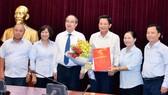 Bí thư Thành ủy TPHCM Nguyễn Thiện Nhân cùng đồng chí Trần Trung Dũng (thứ ba, từ phải sang) và lãnh đạo Ban Tổ chức Thành ủy TP tại buổi trao quyết định.