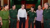 Bí thư Thành uỷ TPHCM Nguyễn Thiện Nhân trao đổi cùng các đại biểu dự Hội nghị tổng kết 10 năm xây dựng chiến lược phòng thủ giai đoạn mới. Ảnh: VIỆT DŨNG
