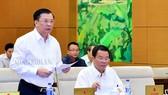 Bộ trưởng Bộ Tài chính Đinh Tiến Dũng  trình bày tờ trình của Chính phủ tại phiên họp