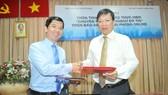 Phó Tổng Biên tập Báo SGGP Nguyễn Thành Lợi và Giám đốc Sở Quy hoạch- Kiến trúc TPHCM Nguyễn Thanh Nhã trao đổi bản ký kết thoả thuận hợp tác