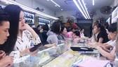 Khách mua vàng sáng ngày 25-2 tại các tiệm vàng trên đường An Dương Vương quận 5. Ảnh: Hạnh Nhung