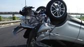 Chiếc xe ô tô 4 chỗ lật ngửa tại hiện trường