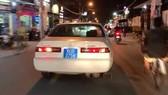Chiếc xe biển xanh 80B hú còi inh ỏi trên đường phố. Ảnh: cắt từ clip