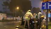 Hình ảnh CSGT giúp dân đưa xe vượt điểm ngập trong cơn bão số 9 ở trung tâm TPHCM. Ảnh: ĐAN NGUYÊN