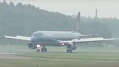 Máy bay Vietnam Airlines hạ cánh lệch vị trí do mưa lớn tại Nội Bài