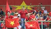 Các cổ động viên Việt Nam trên khán đài trong trận Olympic Việt Nam thắng Olympic Syria 1 - 0. Ảnh: DŨNG PHƯƠNG