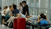 Hàng khách vật vờ tại các sân bay Nhật Bản do nhiều chuyến bay bị hủy bởi bão Jebi. Ảnh: AP