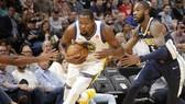 Kevin Durant (trái) giúp Warriors thắng trận thứ 3 liên tiếp