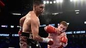 Khan dính đòn nặng trong trận thua Alvarez