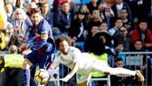 Messi chỉ còn 1 chiếc giày sau khi khiến Marcelo ngã sấp mặt