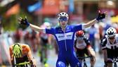 Elia Viviani ăn mừng chiến thắng ở đích đến