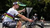 Peter Sagan bốc đầu xe ăn mừng chiến thắng