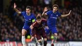 Fabregas và Azpilicueta trong một pha kèm cặp Messi