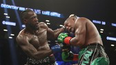Deontay Wilder (trái) trong trận thắng Luis Ortiz