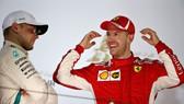 Vettel (phải) vui mừng với chiến thắng