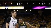 Kevin Durant (phải) đi bóng trước sự truy cản của một hậu vệ Spurs