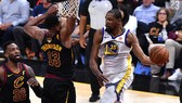 Kevin Durant (phải) tỏa sáng