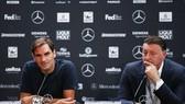 Roger Federer (trái) trong buổi họp báo trước giải