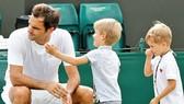 Roger Federer chơi đùa với 2 con trai sinh đôi