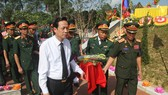 Bộ trưởng Bộ LĐ-TB&XH Đào Ngọc Dung cùng lãnh đạo Cục Chính sách Bộ Quốc phòng Lào đưa các liệt sĩ về nơi an nghỉ tại Nghĩa trang Liệt sĩ huyện Nghi Lộc