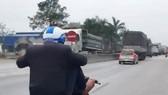 Thanh niên chạy xe máy bằng 2 chân bị phạt hơn 7 triệu đồng