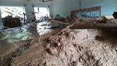 Thầy cô, học sinh vùng mưa lũ gạt bùn đất tổ chức khai giảng