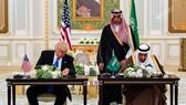 特朗普與薩勒曼簽署價值高達1100億美元的軍售協定。(圖片來源:AFP)