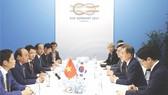 阮春福總理與韓國總統文在寅舉行會議。(圖片來源:互聯網)