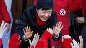 朴槿惠在競選集會上與支持者擊掌。(圖片來源:中新網)