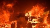 納帕郡從8日到9日至少14處山火,消防員救火疲於奔命。圖為大火正吞噬一輛卡車。(Getty Images)