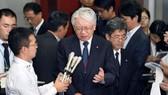 日本神戶製鋼董事長兼社長川崎博回答媒體的採訪。