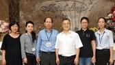 大發公司經理許玉林(左四)與明隆公司 董事長李玉明(左三)聯手推出特色產品。
