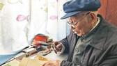 百歲老人用放大鏡堅持學英語