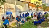 共青團員打掃衛生以展開環保宣傳。