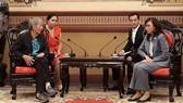 本市人委會副主席阮氏秋(右)會見馬來西亞奧林匹克委員會副委員長SiehKok