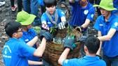 暑期志願青年參加環保活動。
