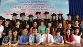 學系主任及老師們與應屆留學生合照。