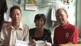 盧耀南理事長向郭通夫婦移交贊助金。