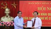 中央組織部常務副部長阮清平向阮泰學同志頒發《決定》