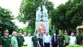 張和平副總理與邊防部隊訓練中心幹部合影。