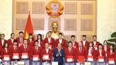 阮春福總理向成績優異運動員給予表彰。