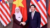 政府副總理范平明昨(26)日在國際會議中心接見了前來越南進行正式訪問與出席本月24至26日第三次東盟(東協)婦女工作部長會議的馬來西亞副首相旺阿茲莎並舉行會談。