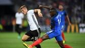 Toni Kroos (trái, Đức) đi bóng qua tiền vệ Blaise Matuidi (Pháp) ở EURO 2016. Ảnh: Getty Images.