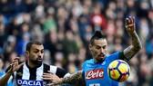 Tiền vệ Marek Hamsik (phải, Napoli) đi bóng qua Danilo Larangeira (Udinese). Ảnh: Getty Images.