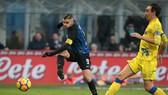 Mauro Icardi (trái, Inter) ghi bàn thắng thứ 16 mùa này. Ảnh: Getty Images.