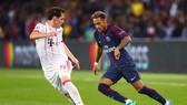 Neymar bẻ lưng Sebastian Ruby (Bayern Munich). Ảnh: Getty Images.