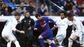 Lionel Messi (Barcelona) đi bóng giữa vòng vây Real Madrid. Ảnh Getty Images.