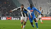 Kalidou Koulibaly đã để Gonzalo Higuain (trái, Juventus) vượt qua trong lần chạm trán gần nhất. Ảnh: Getty Images.