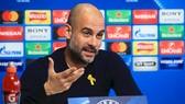 Pep Guardiola trong cuộc họp báo.