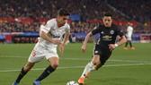 Jesus Navas (trái, Sevilla) đua tốc độ với Alexis Sanchez (Manchester United)